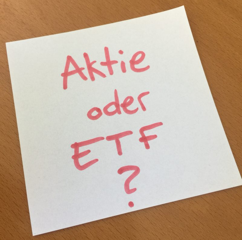 Ein Notizzettel mit Aufschrift Aktie oder ETF