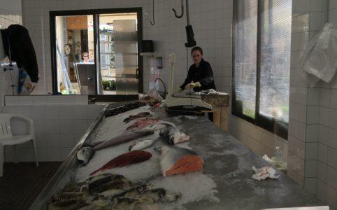 Fischverarbeitung auf Mallorca symbolisch für Lachszüchter